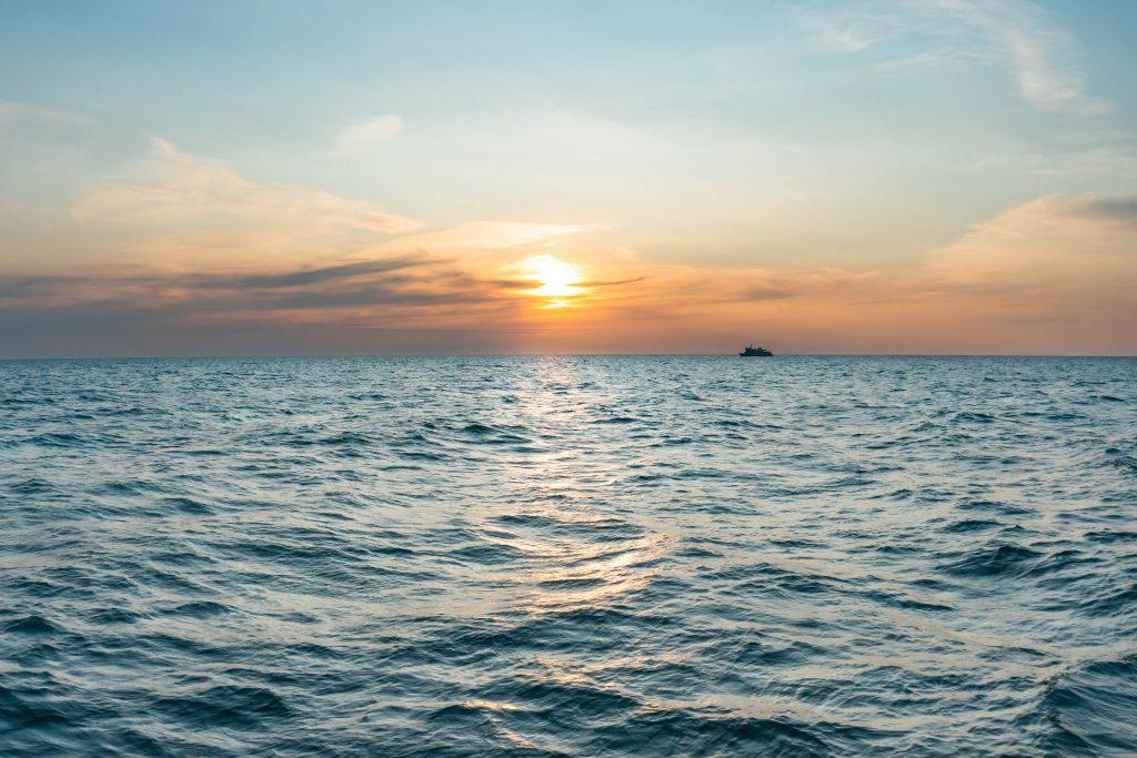 Rejs statkiem Viking w Kołobrzegu ku zachodowi słońca